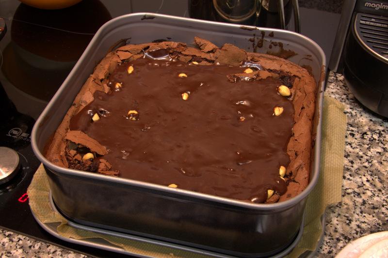 Schokokuchen mit Erdnüssen und Schokoladenkaramell